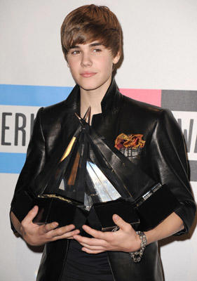 "Slide 1 of 187: Justin Bieber arrives at the 2010 American Music Awards held at Nokia Theatre L.A. Live on November 21, 2010 in <a href=/movies/movie.aspx?m=2296667 type=""Msn.Entertain.Server.WebControls.LinkableMovie"" Arg=""2296667"" LinkType=""Page"">Los Angeles</a>, California."