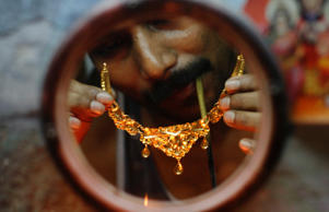 A goldsmith checks a gold necklace at a workshop in Kolkata April 11, 2012 (filed photo).