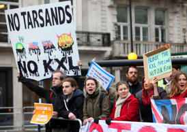Protesters demonstrate outside the G8 foreign ministers' meeting in London, Britain, against the Keystone XL pipeline being built to transport Canadian Tar Sands oil to America, Apr. 11, 2013.