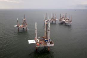 Unused oil rigs sit in the Gulf of Mexico near Port Fourchon, Louisiana August 11, 2010. Several staffed rigs have sat awaiting drill permits since a moratorium was placed on new drilling in the wake of the Deepwater Horizon oil spill. REUTERS/Lee Celano (UNITED STATES - Tags: DISASTER ENVIRONMENT ENERGY BUSINESS)