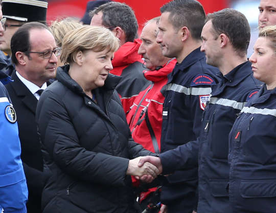 SEYNE, FRANCE - MARCH 25: French President Francois Hollande (L) and German Chancellor Angela Merkel meet with rescue workers on March 25, 2015 in Seyne, France. Germanwings flight 4U9525 from Barcelona to Duesseldorf has crashed in Southern French Alps. All 150 passengers and crew are thought to have died. (Photo by Peter Macdiarmid/Getty Images)