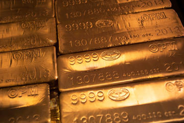 "24 karat gold bars are seen at the United States West Point Mint facility in West Point, New York June 5, 2013. Demand for U.S. gold coins is still at ""unprecedented"" high levels almost two months after an historic sell-off in gold released years of pent-up demand from retail investors, the head the U.S. Mint said on Wednesday. REUTERS/Shannon Stapleton (UNITED STATES - Tags: BUSINESS COMMODITIES)"