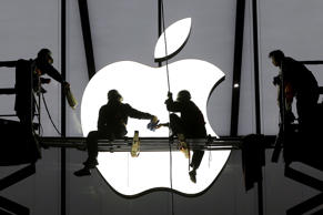 Workers prepare for the opening of an Apple store in Hangzhou, Zhejiang province, January 23, 2015. Apple Inc chip supplier TSMC reported record net profit on Thursday and said the proliferation of low-priced, chip-hungry smartphones in China could see the company expand production in the world's biggest handset market. Picture taken January 23, 2015. REUTERS/Chance Chan (CHINA - Tags: BUSINESS TELECOMS)