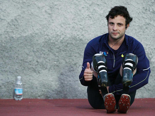 Diapositiva 1 de 21: South African athlete Oscar Pistorius was born on November 22, 1986, in the affluent Johannesburg suburb of Sandton. Born without a fibula in either of his legs, both were amputated below the knee before his first birthday.Pictured here on August 31, 2010, before his fame had reached its peak, a 23-year-old Pistorius looks fresh faced as he takes time out from competing at the Palio della Quercia Games in Rovereto, Italy.