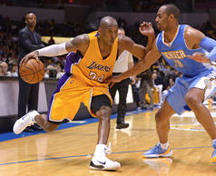 Los Angeles Lakers guard Kobe Bryant (24) is defended by Denver Nuggets guard Ar...