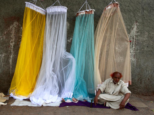 Dia 1 van 13: Abdul Rasheed sells mosquito nets for 300 PKR (about $4 USD) street-side in Karachi, Pakistan