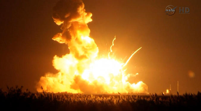 Diapositiva 1 de 9: An unmanned Antares rocket is seen exploding seconds after lift off from a commercial launch pad in this still image from NASA video at Wallops Island, Virginia October 28, 2014. The 14-story rocket, built and launched by Orbital Sciences Corp, bolted off its seaside launch pad at the Wallops Flight Facility at 6:22 p.m. EDT/2222 GMT. It exploded seconds later. The cause of the accident was not immediately available.