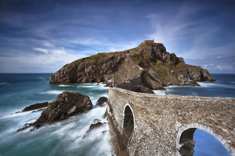 San Juan de Gaztelugatxe is an island on the coast of Biscay belonging to the municipality of Bermeo, in Basque Country (Spain). Is connected to the mainland by a narrow tongue of land and an island far seems. It is one of the most impressive places in the coast of Biscay, and has a chapel on its summit x century dedicated to St. John the Baptist. I've had the good fortune to have been there and is definitely a place where I want to go back! Of note is that the left side of this island is the beach of Bakio with another icon of the landscape photography of the Basque Country ... the Cathedral ... a rock formation impressive and unparalleled beauty.