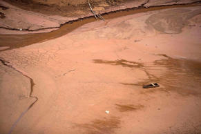 A boat sits on the nearly dry lake bed in São Paulo.