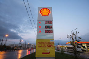 Shell, Europe's largest oil company, reported Thursday a small fall in third quarter net profit against a backdrop of sliding oil prices.