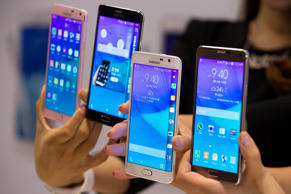 Models hold Samsung Electronics Co. Galaxy Note 4 smartphones and Galaxy Note Edge smartphones  during the launch event in Seoul, South Korea, on Wednesday, Sept. 24, 2014.