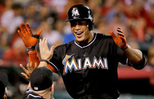 Giancarlo Stanton celebra un Home Run con los Miami Marlins ante los Angels de Los Angeles en Anaheim, California, el 25 de agosto de 2014