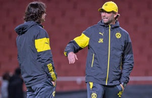 Assistent Zeljko Buvac und BVB-Chefcoach Jürgen Klopp am 25.11.2014 in London.