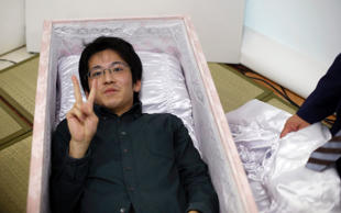 Choosing your coffin, posing for a tombstone photo, and simulating the scattering of your own ashes into the ocean- Japan's elderly are doing their own funeral shopping. Funeral business fairs and 'End-of-life' seminars are gaining popularity in the country. Let's take a look.
