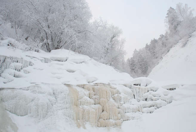 A frozen waterfall is seen in the Taiga region at temperatures of minus 30 degrees Celsius (-22 Fahrenheit) near the Siberian city of Krasnoyarsk January 13, 2008. REUTERS/Ilya Naymushin (RUSSIA) - RTR1VRKN