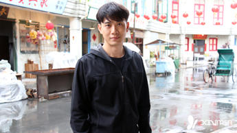 "After many Chinese New Years of being on the receiving end of hongbaos, Qi Yuwu will finally be the one handing out the cash-filled red packets in 2015. And the newlywed, who secretly and suddenly made Joanne Peh his wife in September, is thrilled at the thought. ""To be frank, I'm no longer that young, and it was embarrassing to keep getting hongbaos from younger cousins over the years,"" the 38-year-old MediaCorp actor candidly shared with us during our visit to the set of 1965 in Batam on Friday. ""Now that I'm married, I can finally give out hongbaos for the first time."" When asked if he has already thought about how much to distribute for his first hongbao duty, Yuwu replied that the amount does not matter. ""What's important is the fact that I'm able to do it,"" he said, revealing that he will most probably be spending Chinese New Year back in Guangzhou, his hometown, with Joanne. His first noel as a married man, too, will be spent with a new addition (besides the missus herself, of course) – a Christmas tree, which he recently bought for the very first time for their home. ""Because this is our first Christmas [as a married couple], we decided to make it more special,"" he explained. (Continued on next slide)"