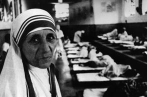 Charity worker Mother Teresa (1910 - 1997), seen in her hospital around the time she was awarded the Templeton Prize for Progress.