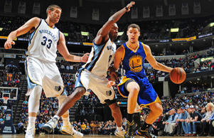 Klay Thompson of the Golden State Warriors drives to the basket against the Memphis Grizzlies during the game on December 16, 2014 at the FedEx Forum in Memphis, Tenn.