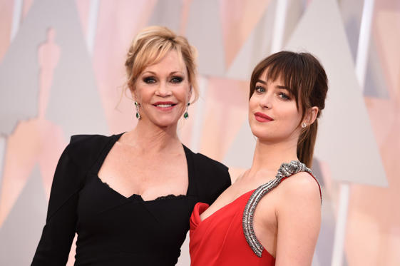 Diapositive 1 sur 30: Dakota Johnson, right, and Melanie Griffith arrive at the Oscars on Sunday, Feb. 22, 2015, at the Dolby Theatre in Los Angeles.