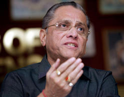 Indian Cricket Board president Jagmohan Dalmiya speaks during a news conference in Calcutta, September 22, 2004.