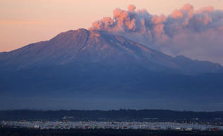 A general view of Calbuco Volcano spewing ash and smoke is seen at the sunset from Alerce town, April 24, 2015. Chilean volcano Calbuco, which erupted without warning on Wednesday, is still puffing out ash and smoke, leading airlines to cancel flights from Argentine capital Buenos Aires, some 1,400 kilometers east. Calbuco, considered one of the most dangerous along Chile's chain of around 500 active volcanoes, erupted twice in 24 hours on Wednesday and Thursday, sending up a spectacular 17 kilometer-high (11 miles) cloud and coating nearby towns in a thick layer of grey ash.  Ivan Alvarado/Reuters