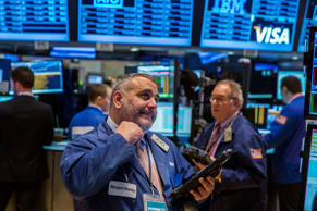 Traders work on the floor of the New York Stock Exchange shortly after the opening bell in New York February 25, 2015. REUTERS/Lucas Jackson (UNITED STATES - Tags: BUSINESS)