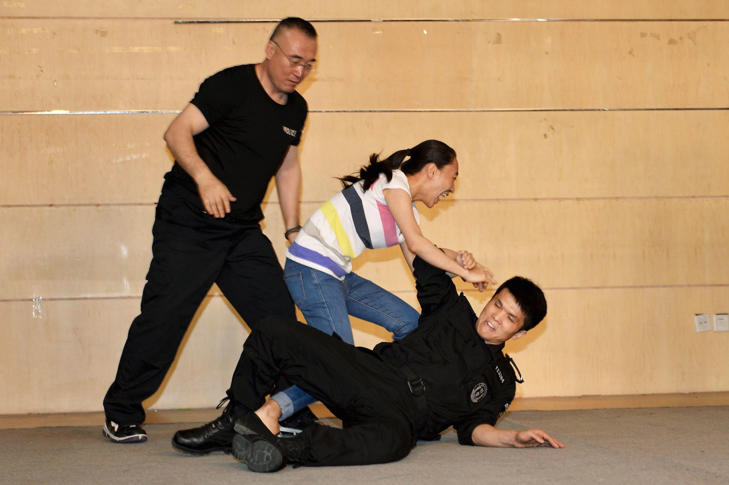 A student takes part in an anti-terror training given by police at a campus in Beijing, June 11, 2014.