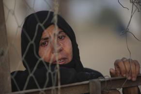 File: An Iraqi Sunni displaced woman, who fled the violence in the city of Ramadi, is seen on the outskirts of Baghdad, Iraq May 19, 2015