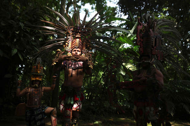 Διαφάνεια 9 από 12: Performers participate in a pre-hispanic dance to celebrate the beginning of the Summer Solstice during the inauguration of a museum at the archaeological site of Tak'Alik A'Baj in Retalhuleu, some 200km (124 miles) from Guatemala City, June 21, 2012.