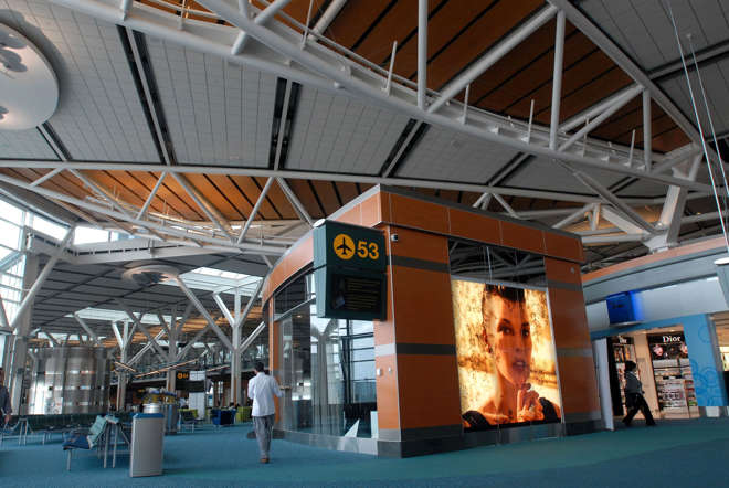 According to a survey conducted by SleepingInAirports.com, the Vancouver International Airport in Canada is one of the best airports in the world. To see where this airport ranks and also to check the other airports on the list, look through.